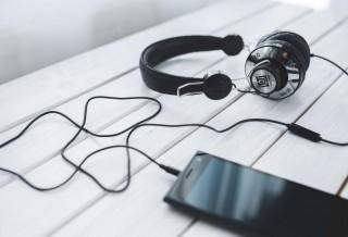 smartphone-vintage-technology-music