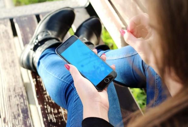 woman-hand-apple-iphone